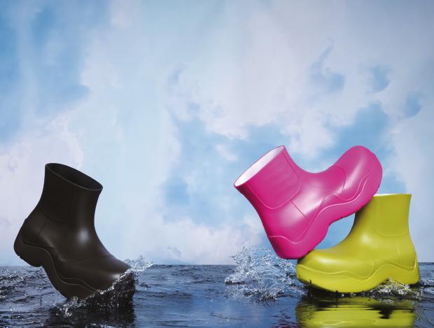 비 온 뒤 고인 물웅덩이를 의미하는 레인 부츠