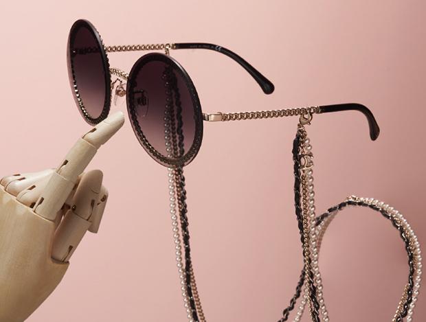 응축된 샤넬의 세계를 마주한 선글라스